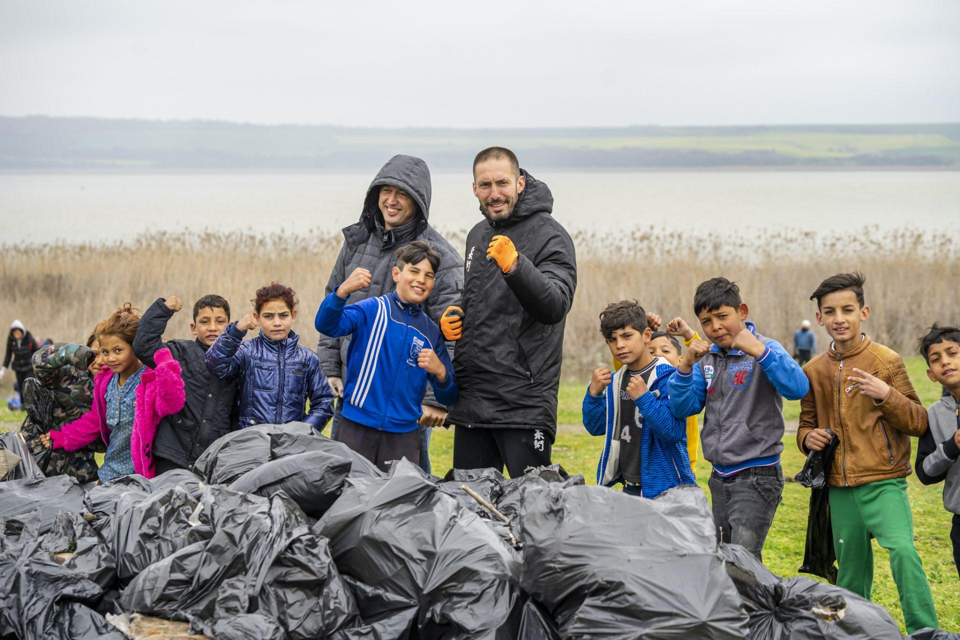 Почистване на бреговете на езерото Вая